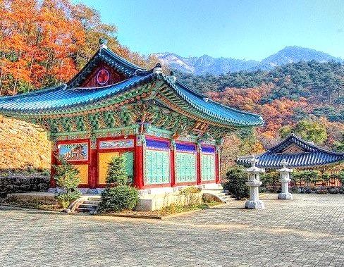 Sinheungsa Temple in Seoraksan National Park, South Korea